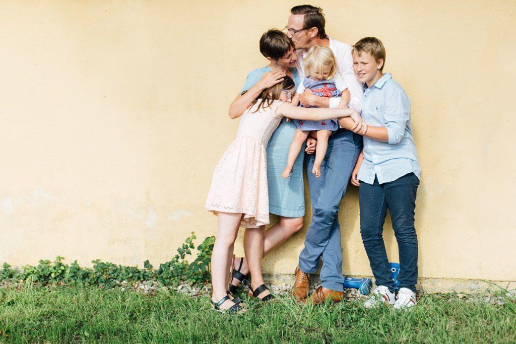 5 köpfige Familie umarmt sich