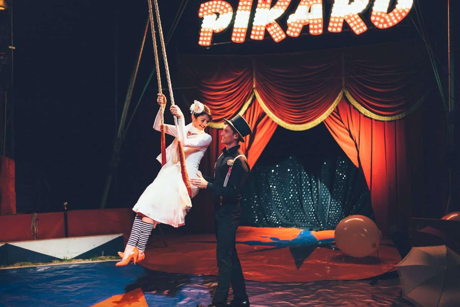 Braut auf Zirkusschaukel