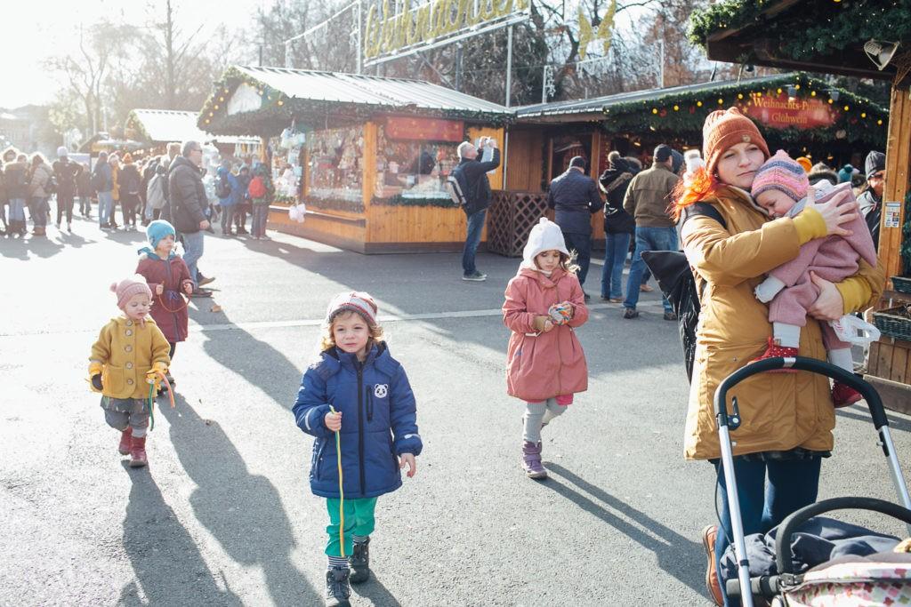 Mutter mit 5 Kindern am Christkindlmarkt