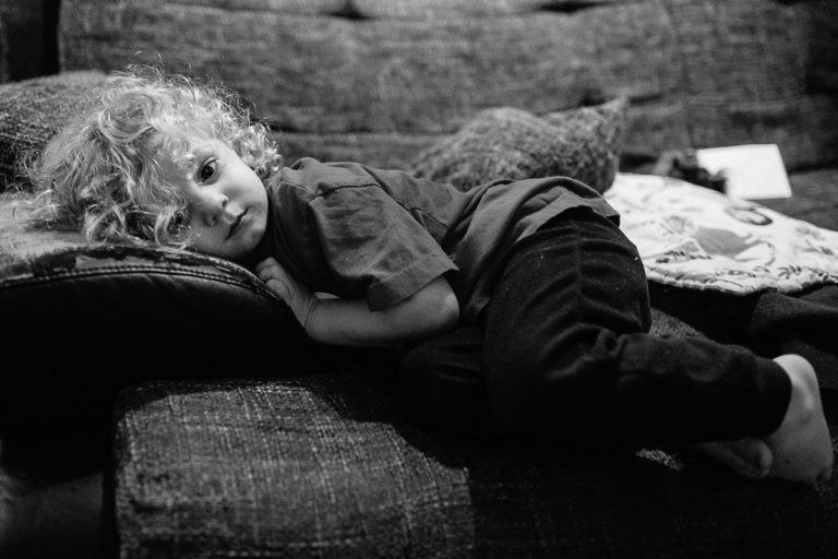Bub liegt auf der Couch