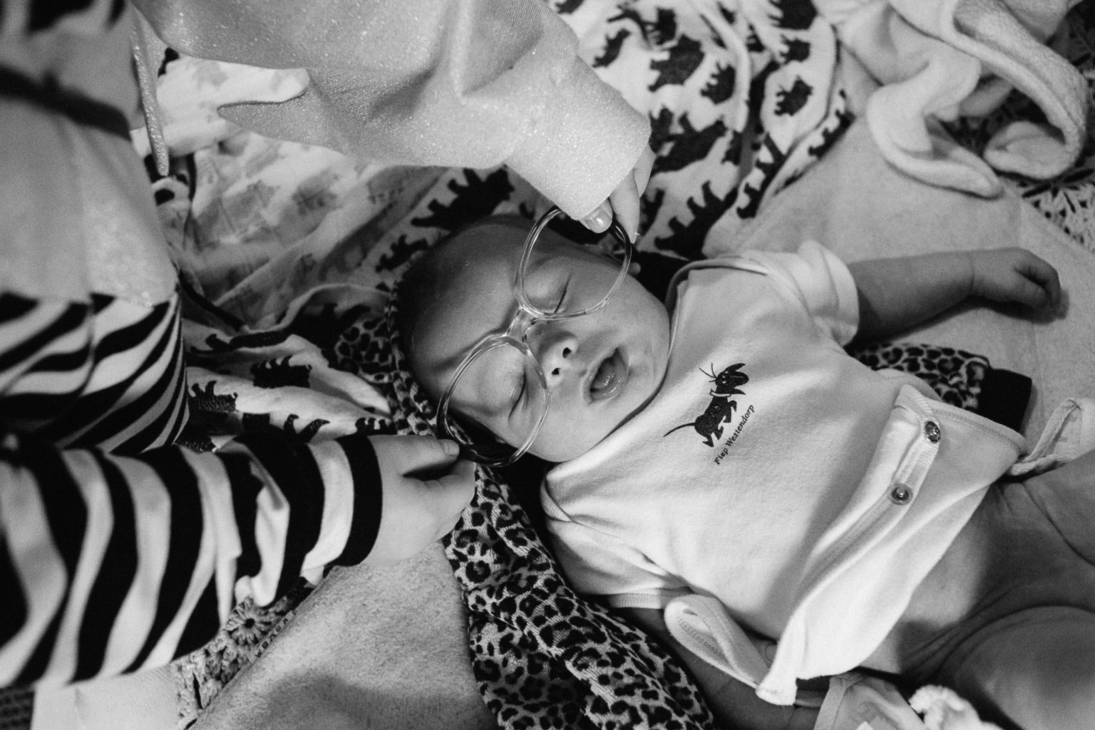 Neugeborenes mit Brille