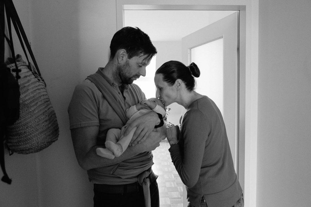 Mutter und Vater mit Baby im Arm